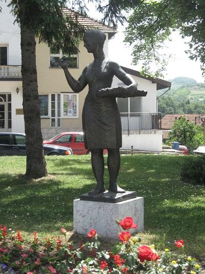 Arilje spomenik malini