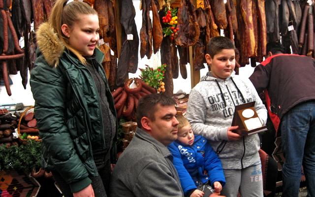 Aleksandar Radojičić sa decom, zlatna medalja za goveđu pršutu