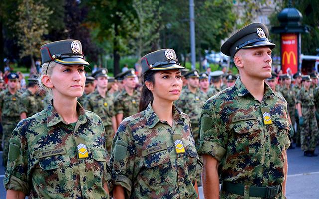 Vojno lice i van svog radnog mesta treba da ima određeni stav, da se ponaša na određeni način i sledi određene društvene norme. Od vojnog lica se očekuju brojne vrline i time se i treba voditi