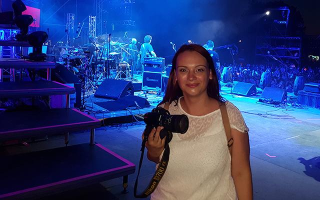 """Marina Pešić je dobitnik specijalne nagrade """"Glas žene u muzici"""" na međunarodnom foto konkusru """"Glas koji se vidi, slika koja se čuje"""", 2017. godine, koju je organizovalo udruženje """"Zona muzike"""" i redakcija portala Glas.ba iz Zenice. Ove godine, u Zenici joj je dodeljena plaketa """"Special mention"""" na međunarodnoj izložbi koncertnih fotografija pod nazivom """"Čisto oko, puno srce"""""""